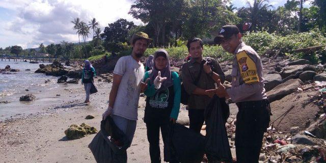 Bersihkan sampah Ujung Kulon, komunitas srikandi nusantara ajak Bhabinkhamtibmas dan warga sekitar