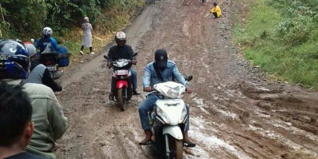 Diguyur Hujan, Jalan Raya Cimanggu-Sumur Kembali Dikeluhkan Warga