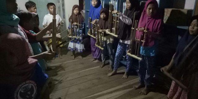 TBM Rumah Tukik Ujungkulon Cintai Kesenian Tradisional Angklung