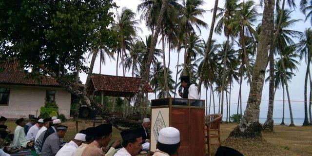 Masjid Sedang Dibangun Masyarakat Tamanjaya Salat Id Di Lapangan